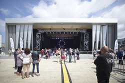 Stage of hall in Calais (© Julien Lanoo)