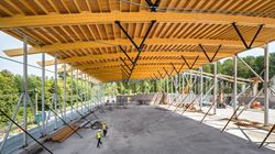 Le complexe sportif pendant la phase de construction (© StructureCraft Builders Inc.)