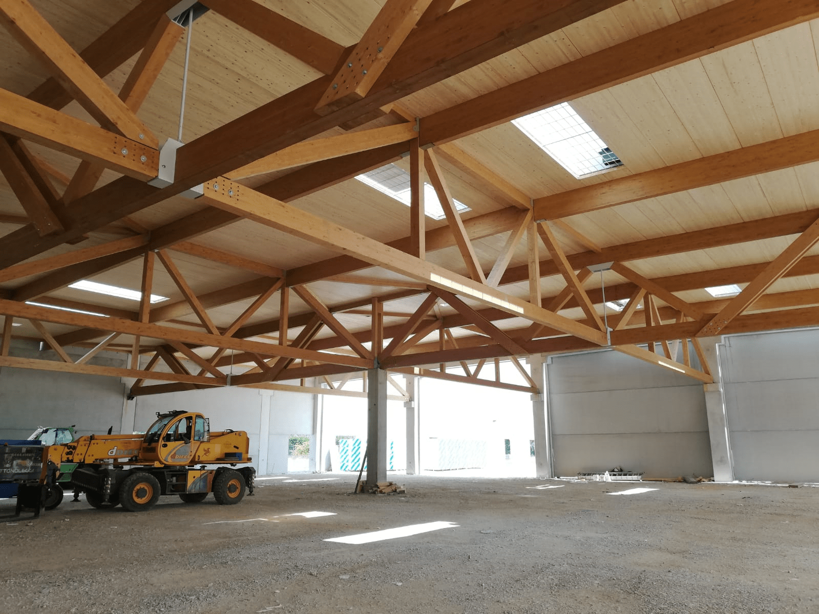 Timber Truss Girders and Glued-Laminated Timber Decking (© Holz Albertani SpA)