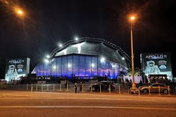 Carpa para el Roadshow del Apolo 11 por la noche (© Matthew Churchill Productions Ltd.)