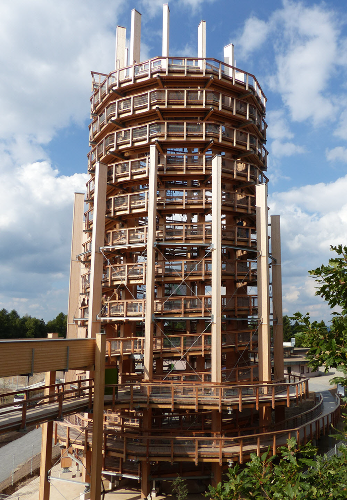 sided look-out tower with connected treetop path on left  (© Harrer Ingenieure)