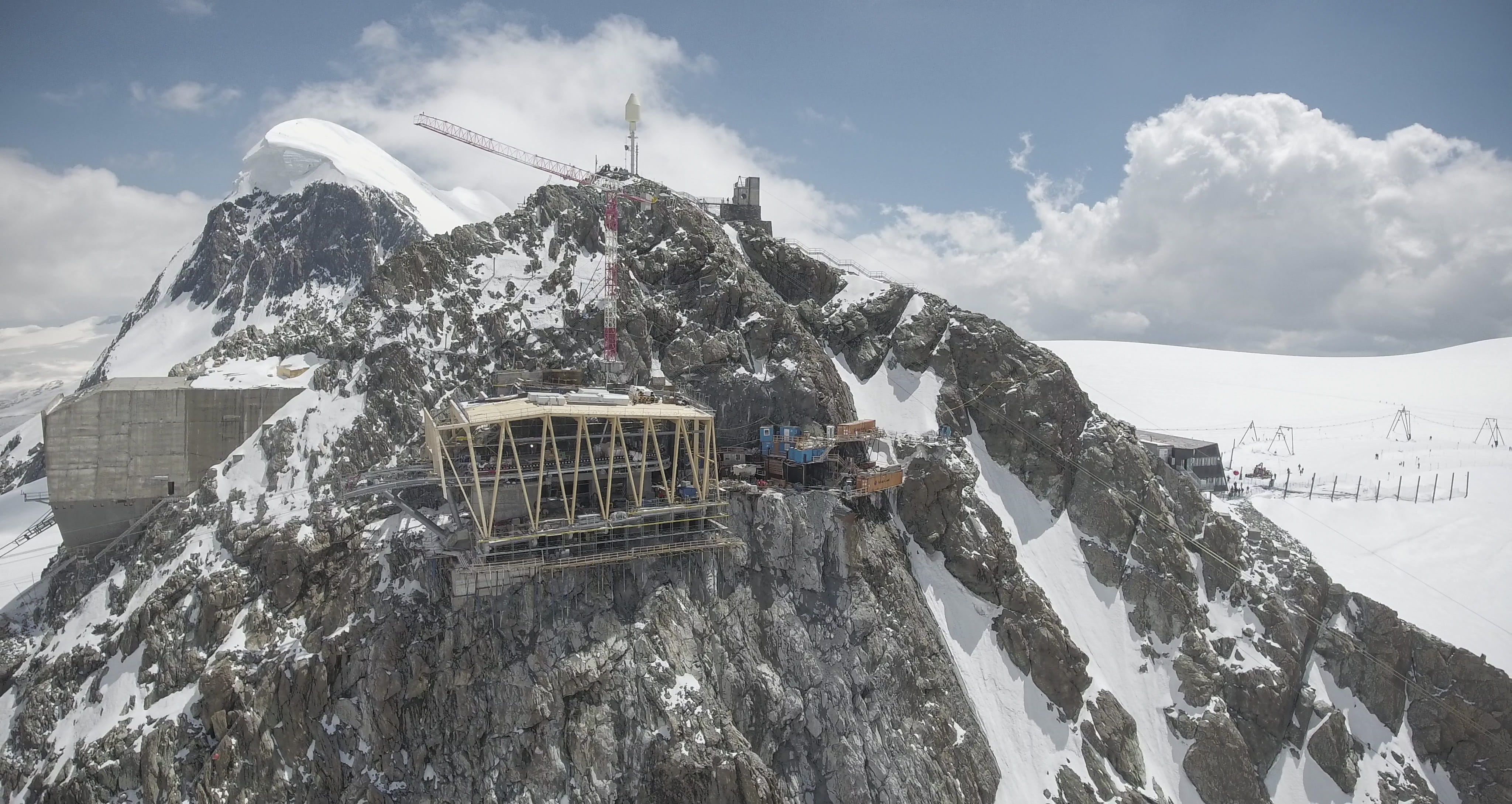 3S Cableway Klein Matterhorn Mountain Station During Assembly with Existing Mountain Station on the Left (© Aircam Zermatt)
